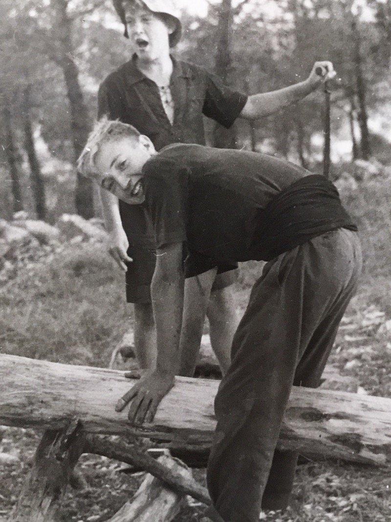 Manolo y su hermano Guillermo plena construcción de Pino Torcido en 1948