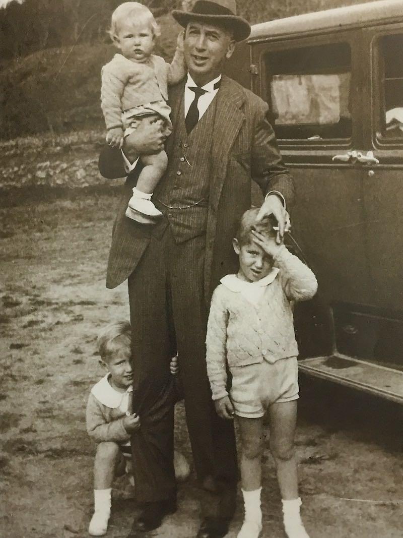 Manolo, de rodillas detrás de su abuelo Amadeo Maristany Oliver, con sus hermanos Amadeo y Guillermo
